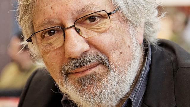 Porträt von Tardi. Weisshaariger Mann mit grauem Bart und Brille.