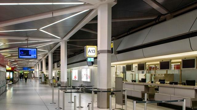 Leere Abflughalle mit Checkin-Schaltern in Berlin Tegel