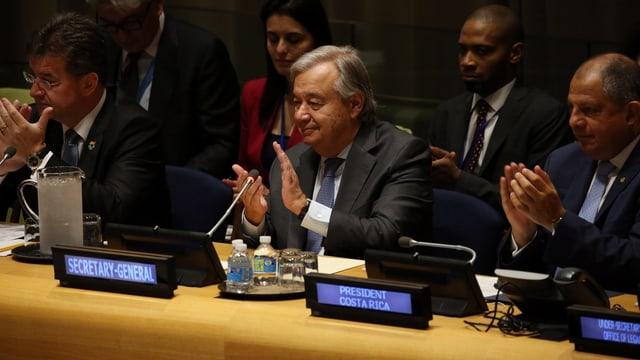 Guterres sitzt an seinem Pult in der UNO-Vollversammlung und klatscht in die Hände.