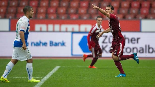 Philipp Muntwiler bejubelt mit ausgestrecktem linken Arm seinen Treffer gegen GC.