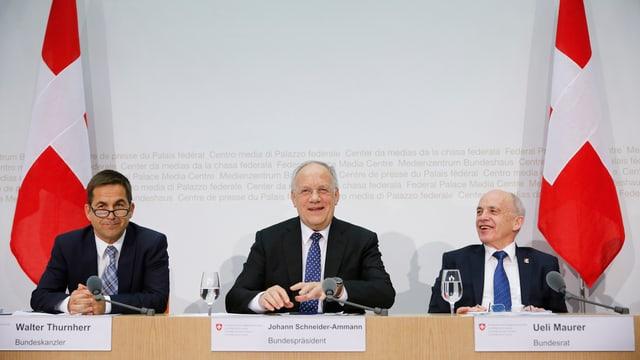 Walter Turnherr, Bundeskanzler, Bundespräsident Schneider-Amman und Finanzmnister Ueli Maurer an der Pressekonferenz.