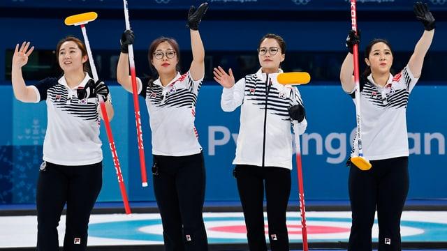 Die südkoreanischen Curlerinnen jubeln.