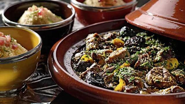 Schmorgericht Tajine, Fleisch und Gemüse.