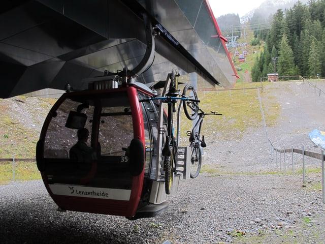 Gondel, aussen hängen Bikes