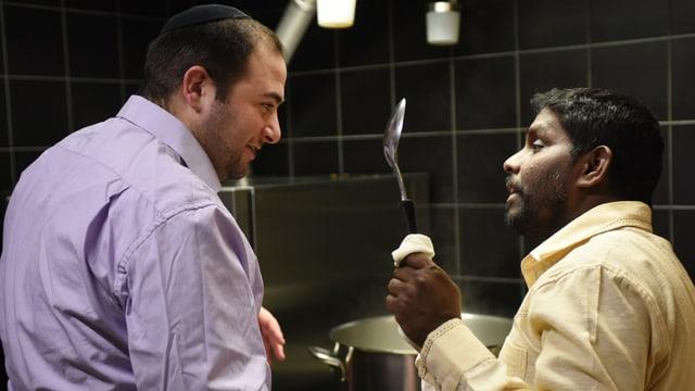 Rabbiner Michael Kohn und Sasikumar Tharmalingam in der Küche.