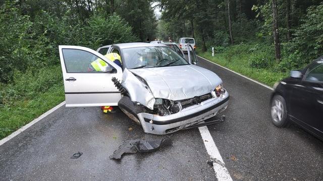 Verunfalltes Auto mit eingedrücktem Kotflügel und herausstehendem Stossdämpfer.