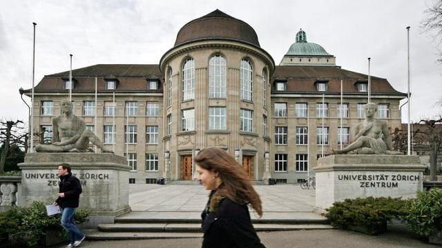 Universität Zürich mit Passanten
