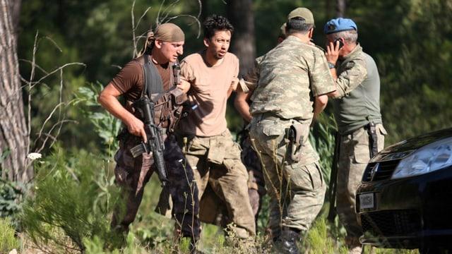 Soldat wird von anderen Soldaten gefangengenommen