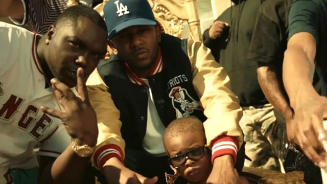 Schwarze Männer und ein kleiner Junge beim Posen.