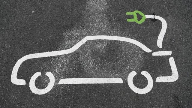 Logo eines Elektrofahrzeugs auf der Strasse.