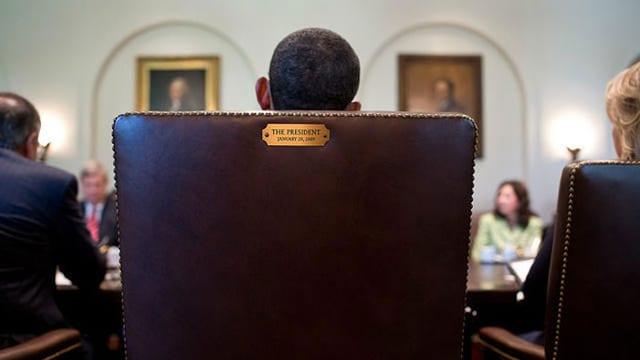 US-Präsident Barack Obama sitzt im Präsidentensessel.