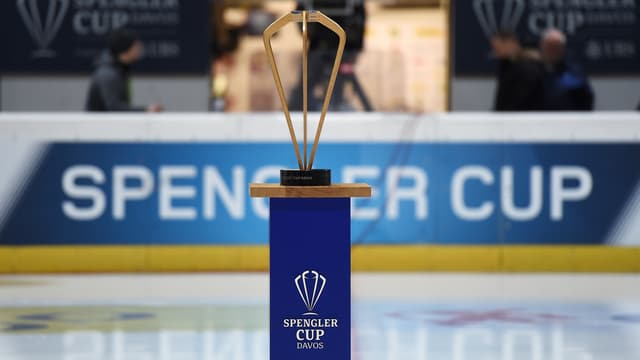 Die Trophäe wird auf dem Eis präsentiert.