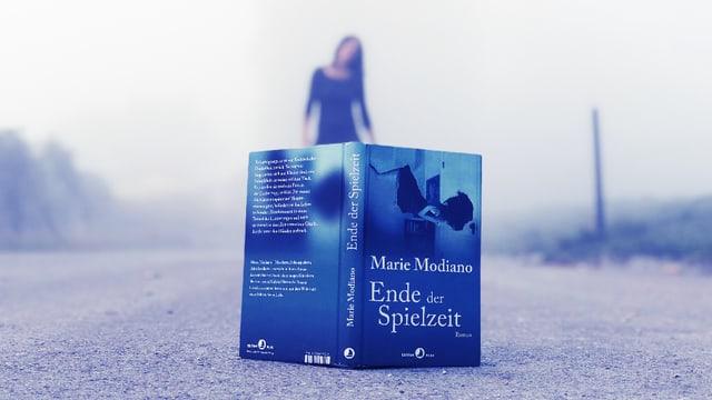 Annette König steht im Nebel. Vor ihr steht am Boden der neue Roman von Marie Modiano «Ende der Spielzeit»