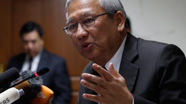 Regierungschef Niwatthamrong Boonsongpaisan gestikukliert
