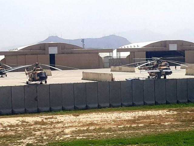 Kampfhubscharuber am Flughafen von Kabul.