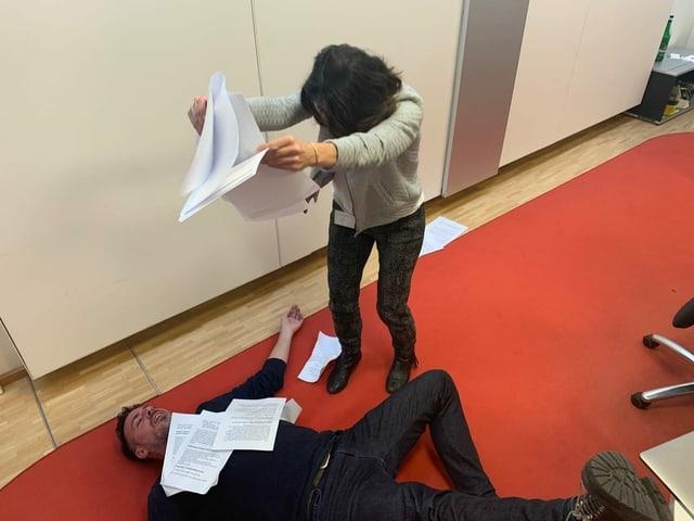 Tom Gisler (liegend) und Mona Vetsch (blätternd) haben sich für «Trüffelschweine» durch das riesige SRG-Archiv geschnüffelt.