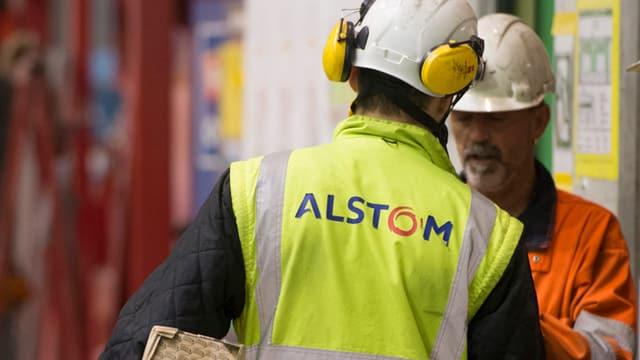 Arbeiter mit Alstom-Jacke