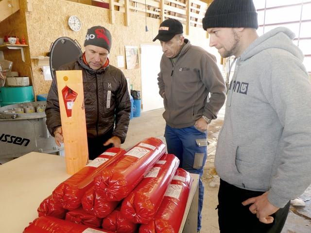 Drei Männer bereiten Sprengstoff vor