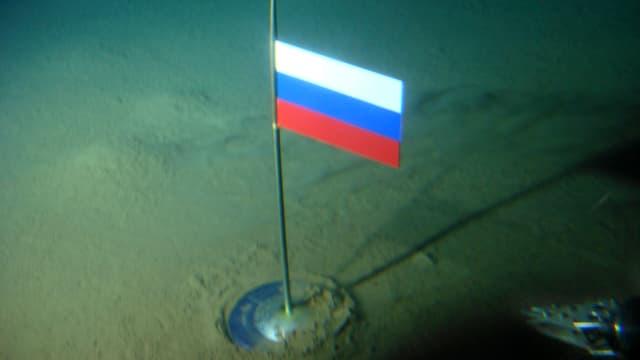 Die russische Flagge an einem kleinen Metalpfosten auf dem Meeresgrund