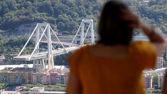 Frau blickt auf die Morandi-Brücke