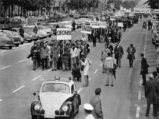 Leute demonstrieren auf der Strasse