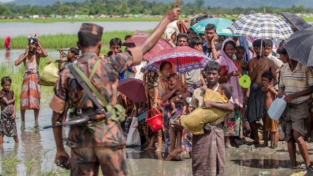 Soldat vor Rohingya-Flüchtlingen