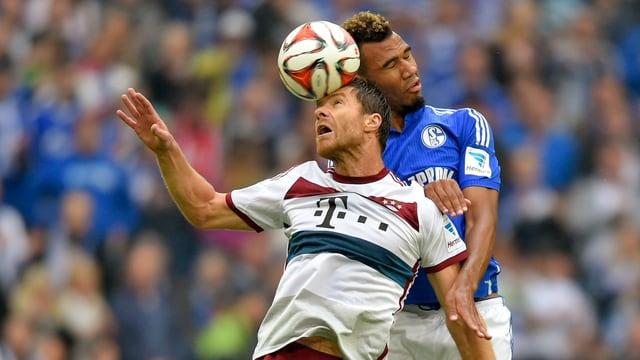 Neo-Bayer Xabi Alonso im Spiel gegen Schalke in einem Kopfballduell.