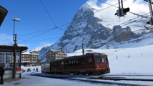Zug der Jungfraubahnen bei der Kleinen Scheidegg, im Hintergrund die Eigernordwand.