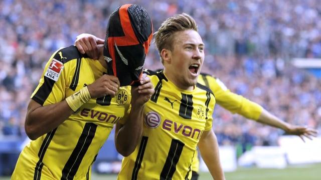 Dortmunds Torjäger Pierre-Emerick Aubameyang jubelt mit Maske