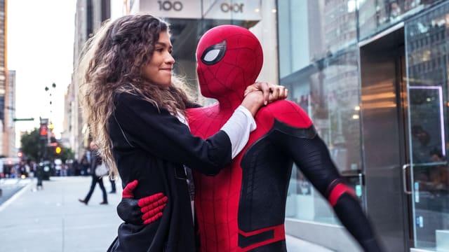 Ein Mädchen umarmt einen Superhelden.