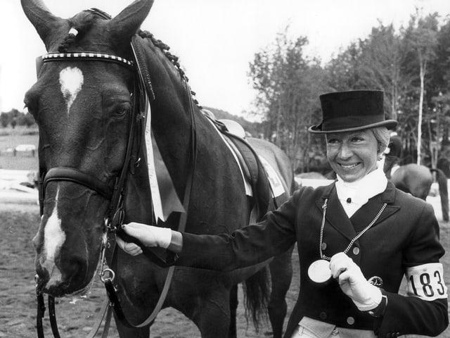 Christine Stückelberger mit Medaille und Pferd.