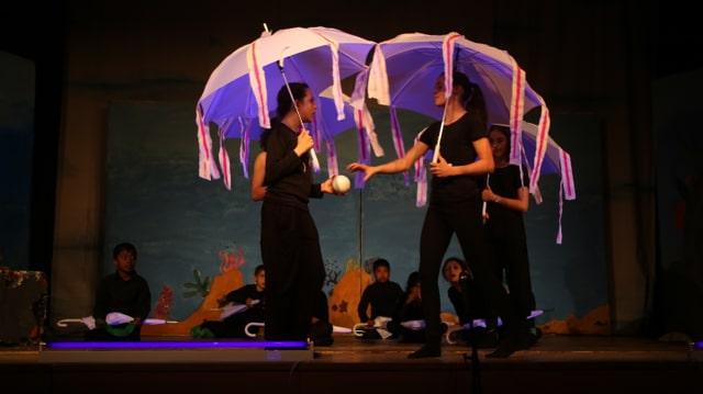 Ils scolars da la scola da Tusaun tar il davos festival da teater l'onn 2014.