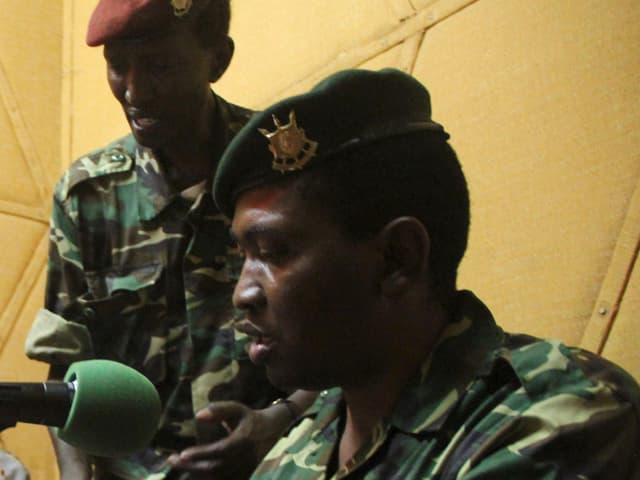 Godefroid Niyombare während einer Presskonferenz. Er spricht in ein Mikrophon.