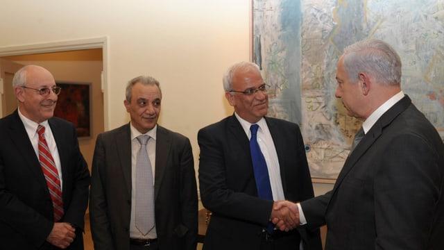 Israels Premier Benjamin Netanjahu trifft den palästinensischen Unterhändler Saeb Erekat