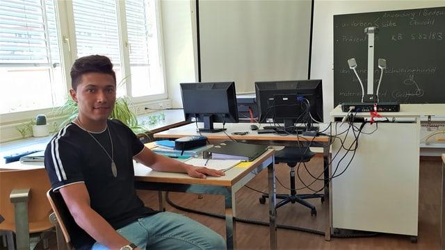 Ina foti da Khalil en stanza da scola a Schiers, Leu fa el pil mument in onn da scolaziun integrativa.