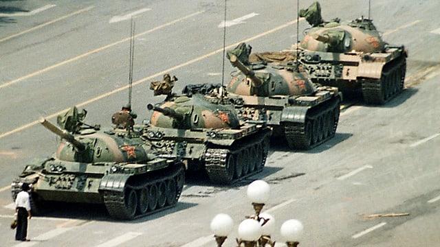 Das ikonische Bild der Person, die sich vor vier chinesische Panzer stellt.