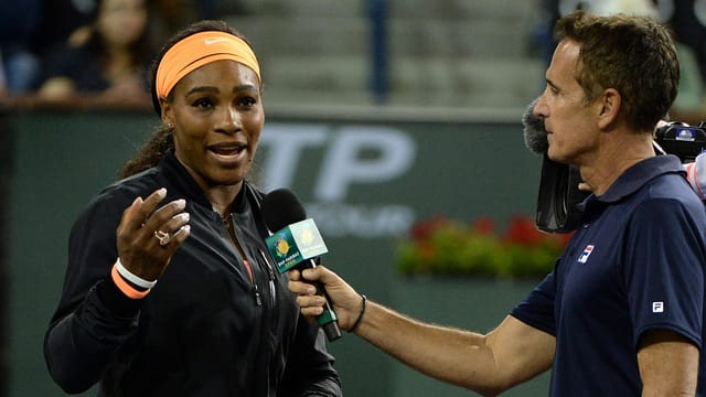 Serena Williams spricht in ein Mikrofon.