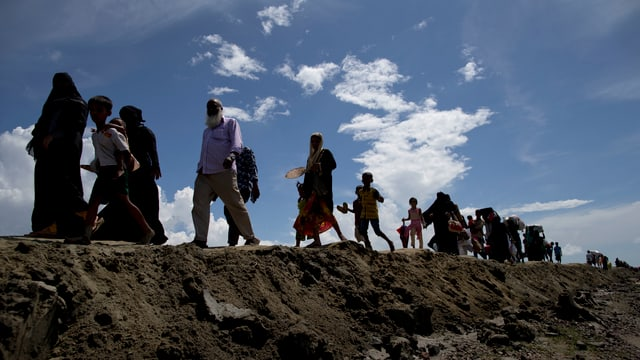 Fugitivs dals Rohingya che chaminan in suenter l'auter.