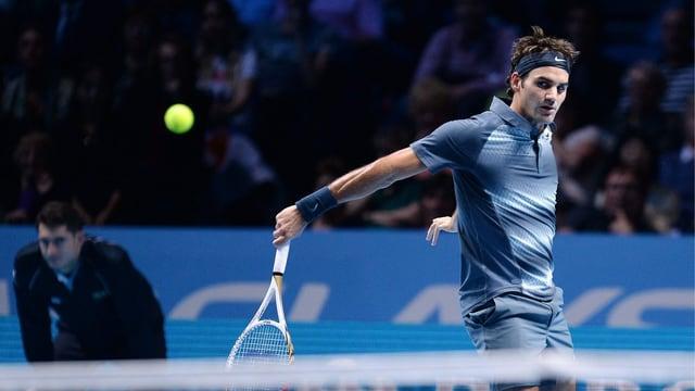 Roger Federer schlägt in London einen kurzen Rückhand-Ball.