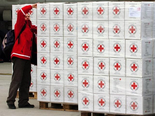 Schachteln mit dem Logo des Roten Kreuzes