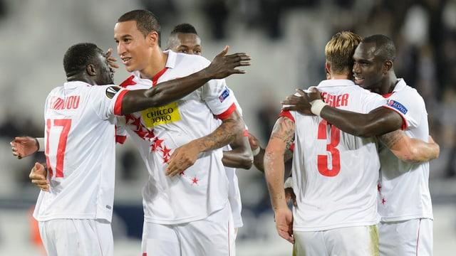 Giugaders dal FC Sion vid celebrar la victoria.