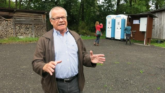 Der Gemeindepräsident von Sumiswald, Christian Waber, stellt den neuen Durchgangsplatz vor.