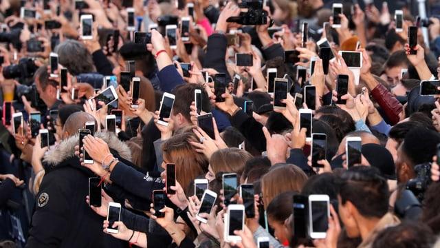 Dutzende Smartphones werden von Zuschauern in die Höhe gstreckt.