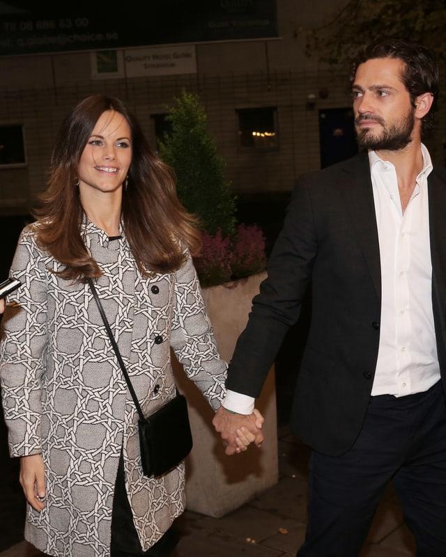 Prinzessin Sofia und ihr Mann Carl Philip halten Händchen und laufen über den roten Teppich ins Konzerthaus.