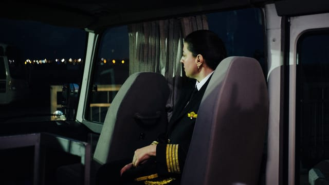 Hadeel Khamash sitzt im Bus zum Flugzeug.