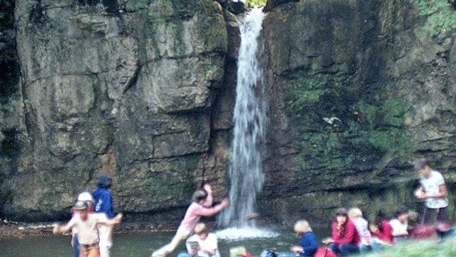 Kinderbaden bei Wasserfall