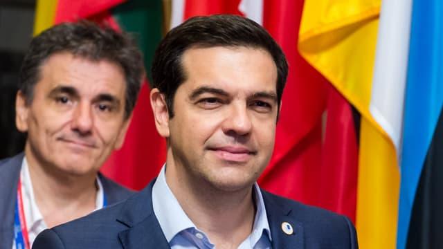 Lächelnder Tsipras, im Hintergrund Efkleidis Tsakalotos
