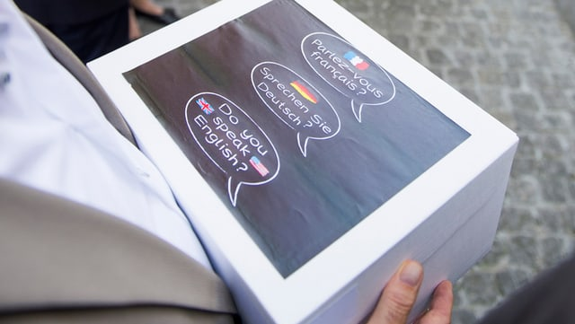 Unterschriftenbögen in einer Box bei der Übergabe vor dem Regierungsgebäude