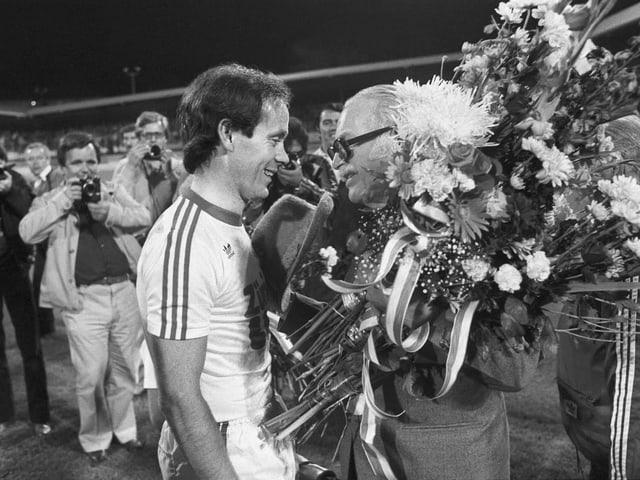 Edi Nägeli verabschiedet Köbi Kuhn nach dessem letzten Spiel: Zürich, 20. September 1978.