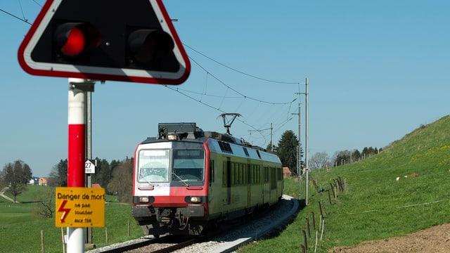 Zug fährt auf Schienen.